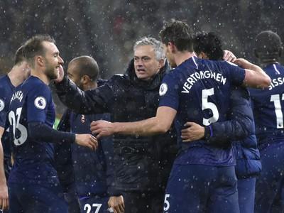 Jos� Mourinho oslavuje so svojimi zverencami