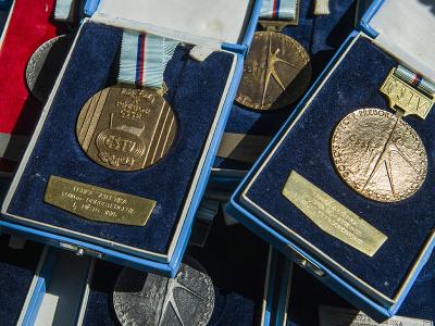 Na snímke medaily slovenského atléta Jozefa Lenčéša.