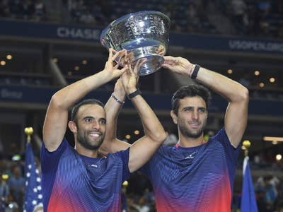 Kolumbijskí tenisti Juan Sebastian Cabal a Robert Farah držia na hlavou trofej po triumfe vo finále mužskej štvorhry na US Open
