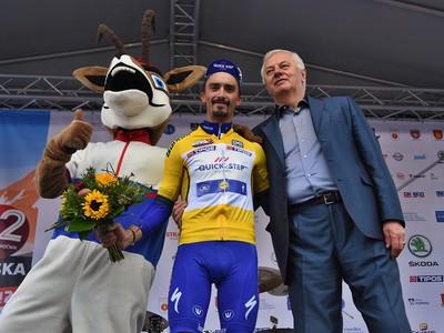 Na snímke uprostred Francúz Julian Alaphilippe z tímu Quick Step Floors v žltom drese vedúceho pretekára