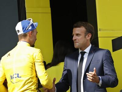 Emmanuel Macron a držiteľ žltého trička Julian Alaphilippe