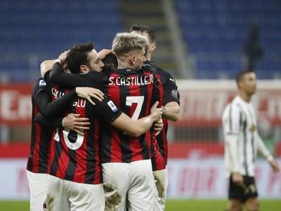 Radosť hráčov milánskeho AC po góle  Davideho Calabriu