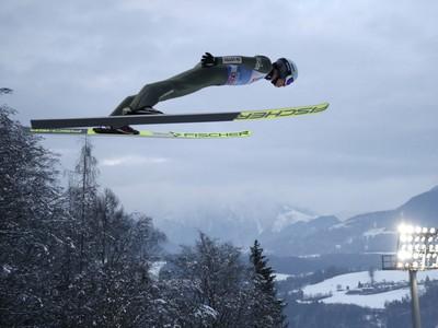 Kamil Stoch počas skoku v Bischofshofene
