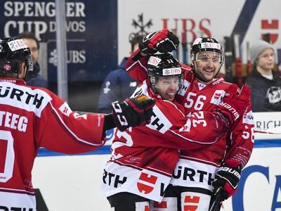 Hráči Kanady sa radujú z góly