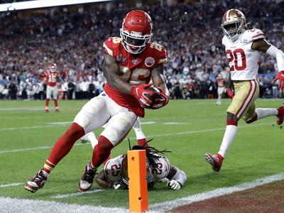 Damien Williams skóruje touchdown