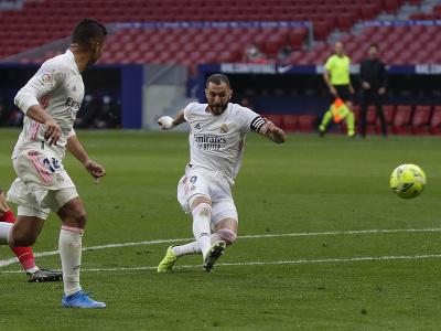 Karim Benzema strieľa na bránu Atlética Madrid
