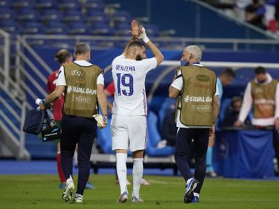 Zranený Karim Benzema opúšťa