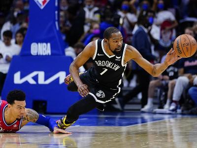 Kevin Durant skáče za