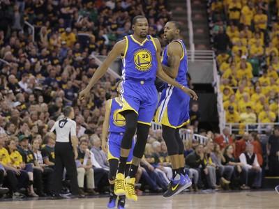 Na snímke vpravo hráč Golden State Andre Iguodala a jeho spoluhráč Kevin Durant oslavujú víťazstvo