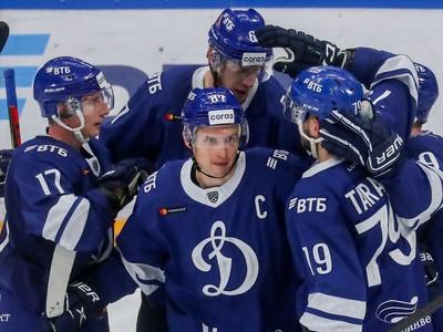 Michal Čajkovský so spoluhráčmi oslavuje gól moskovského Dinama