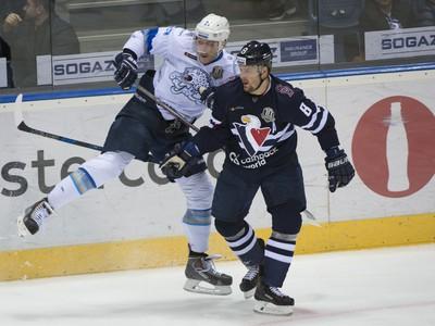Pavel Akolzin a Michal Sersen v súboji o puk