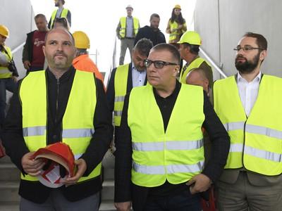 Ján Kováčik (uprostred), primátora mesta Košice Jaroslav Polaček (vľavo) a predseda predstavenstva Košickej futbalovej arény (KFA) a.s. a viceprimátor mesta Košice Marcel Gibóda