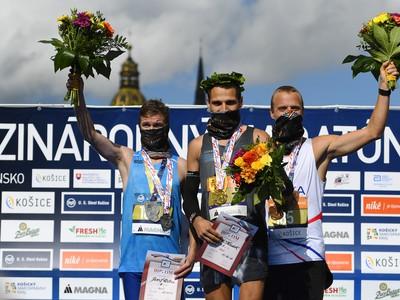 Na snímke uprostred Marek Hladík, víťaz 97. ročníka Medzinárodného maratónu mieru