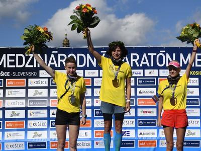 Na snímke stupne víťazov v kategórii žien, uprostred Petra Pastorová, víťazka 97. ročníka Medzinárodného maratónu mieru