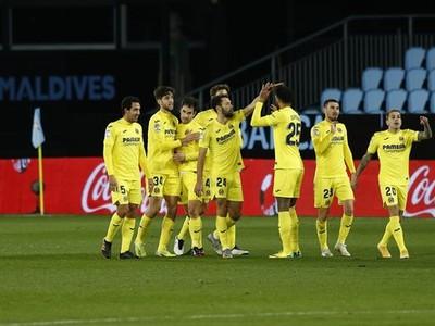 Futbalisti Villarrealu oslavujú gól