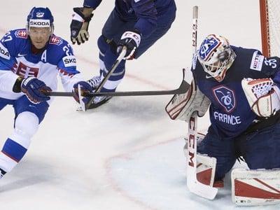 Na snímke zľava slovenský hokejista Ladislav Nagy a francúzsky brankár Henri-Corentin Buysse