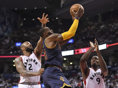 LeBron James proti hráčom Toronta