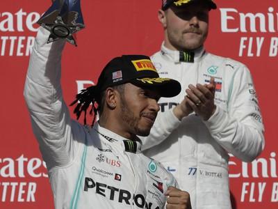 Lewis Hamilton s trofejou