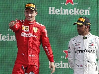 Charles Leclerc a Lewis Hamilton