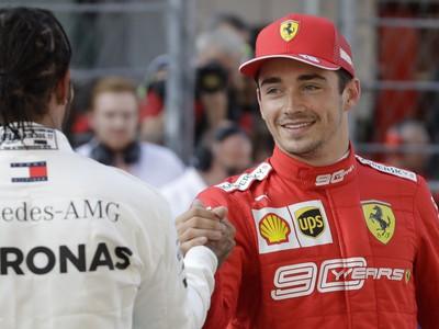 Na snímke vpravo víťaz Monačan Charles Leclerc (Ferrari) si gratuluje s druhým v poradí Britom Lewisom Hamiltonom (Mercedes) po kvalifikácii