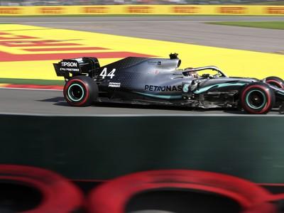 Britský jazdec F1 Lewis Hamilton na Mercedese počas kvalifikácie na nedeľňajšiu Veľkú cenu Belgicka