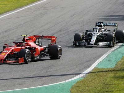 Charles Leclerc pred Lewisom Hamiltonom