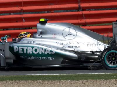 Lewis Hamilton a prasknutá