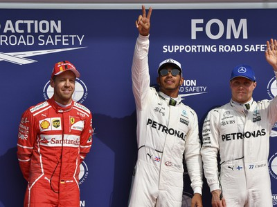 Lewis Hamilton (v strede)