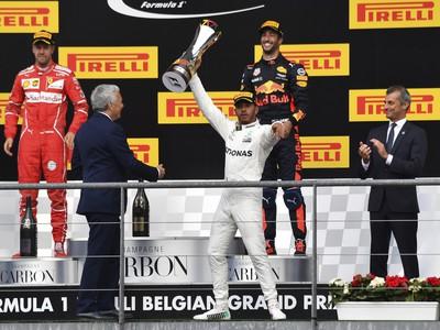 Lewis Hamilton oslavuje triumf