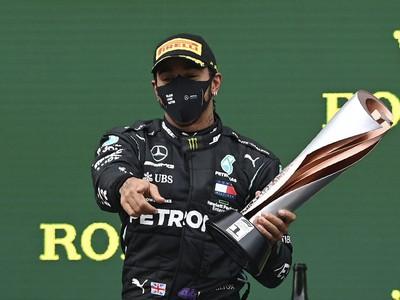 Lewis Hamilton sa vyrovnal