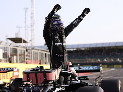 Lewis Hamilton sa teší