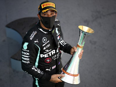 Lewis Hamilton ovládol aj