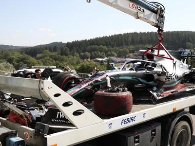 Vrak monospostu britského jazdca F1 Lewisa Hamiltona zo stajne Mercedes odvážajú po náraze do bariéri