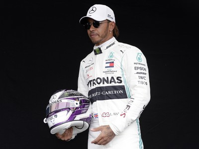 Lewis Hamilton pózuje s