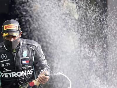 Lewis Hamilton oslavuje ďalší