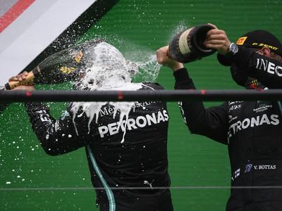Lewis Hamilton a jeho víťazné oslavy na pódiu