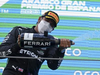 Lewis Hamilton oslavuje víťazstvo