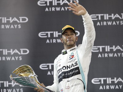 Lewis Hamilton oslavujúci s