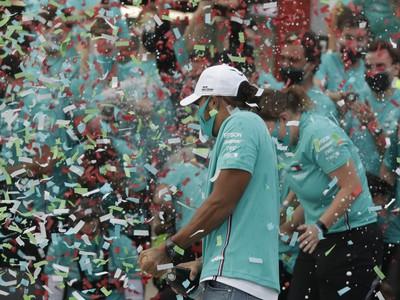 Lewis Hamilton a jeho víťazné oslavy po ďalšom triumfe