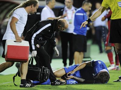 Zranený Noah Frick na trávniku