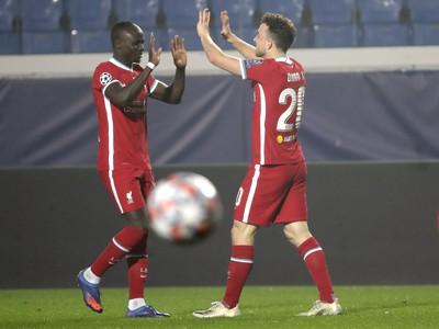 Sadio Mané a Diogo Jota oslavujú gól Liverpoolu