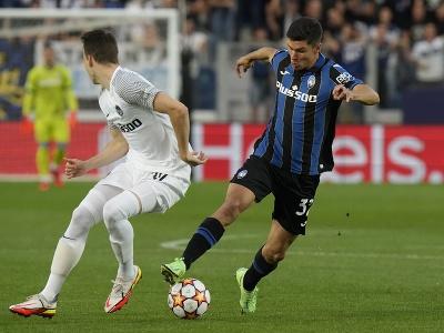 Hráč Atalanty Matteo Pessina (vpravo) bojuje o loptu so Sandrom Lauperom z Young Boys