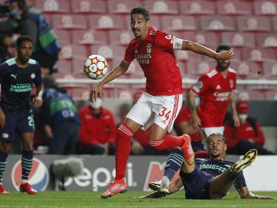 André Almeida sa snaži presadiť cez obrancov PSV