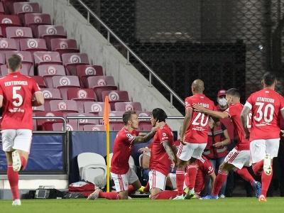 Hráč Benficy Darwin Nunez (tretí zľava) oslavuje so spoluhráčmi úvodný gól
