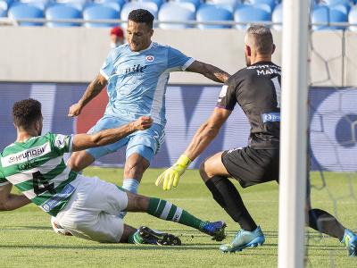 Uprostred hráč Slovana Rafael