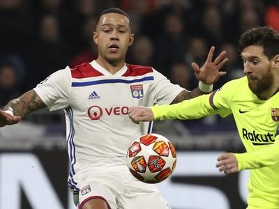Hráč Lyonu Memphis Depay (vľavo) v súboji s Lionelom Messim z Barcelony