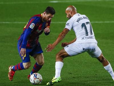 Lionel Messi a Mikel Rico v súboji
