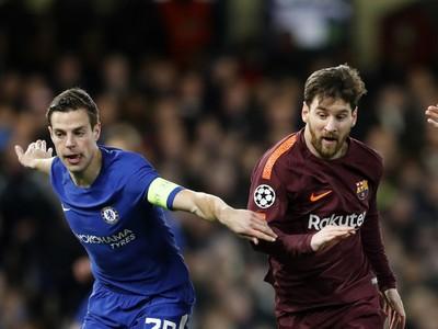 Lionel Messi (vpravo) z FC Barcelony a Cesar Azpilicueta z Chelsea Londýn