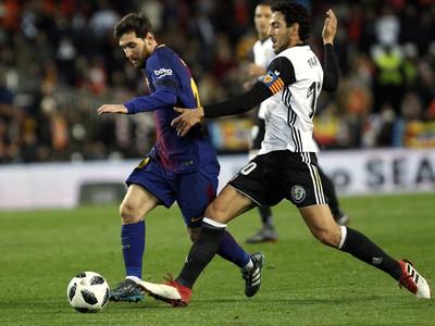 Lionel Messi a Daniel Parejo v súboji o loptu