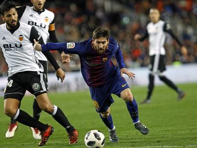 Lionel Messi a Ezequiel Garay v súboji o loptu